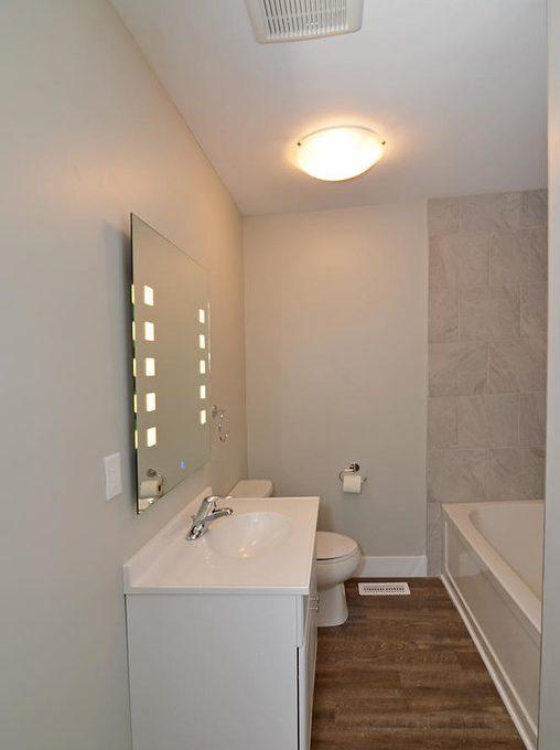 17 Goldwick Crescent London ON-large-012-4-Main Bathroom-663x1000-72dpi-XL