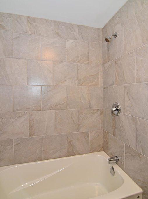 17 Goldwick Crescent London ON-large-013-5-Ceramic Tiles in Shower-663x1000-72dpi-XL