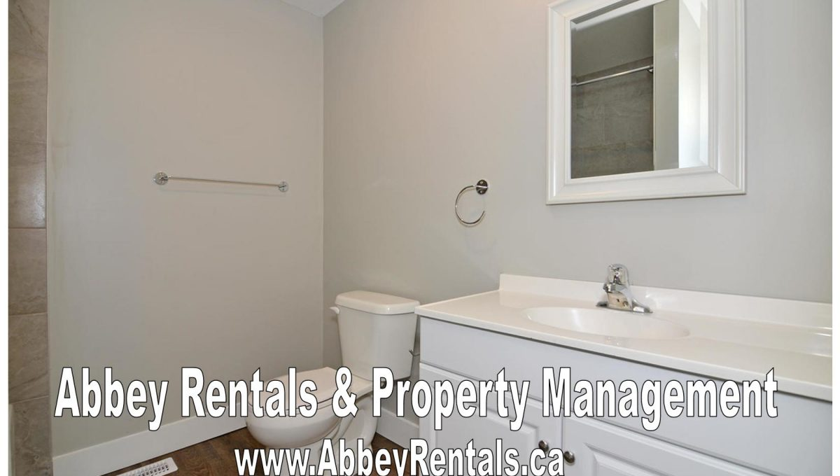 261 Cairn St Unit A London ON-large-011-17-Main Bathroom-1500x994-72dpi-X2