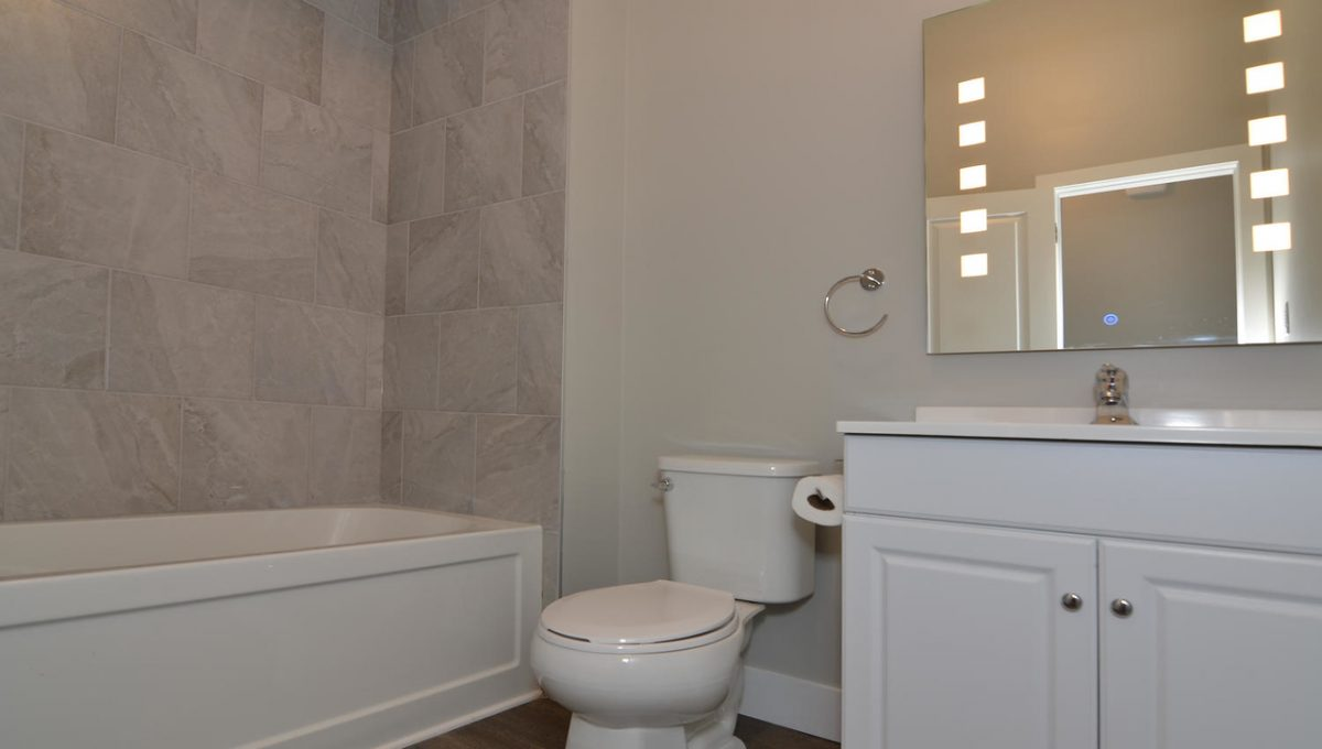 17 Goldwick Crescent London ON-large-036-33-Main Bathroom-1500x994-72dpi-X2