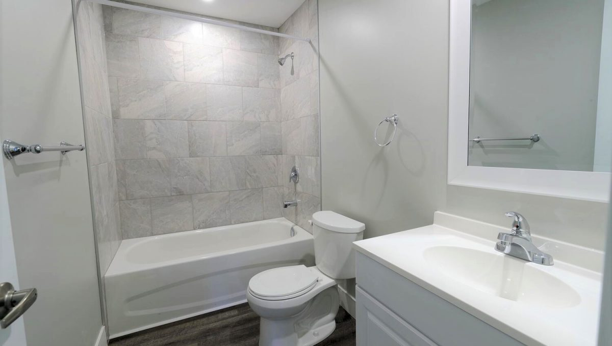 253 Cambridge St London ON N6H-large-023-023-main bathroom-1500x1000-72dpi